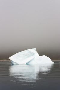 特寫沿海岸霧陽光照射的冰山