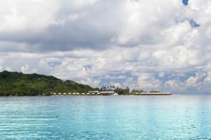 沿著熱帶海岸茅屋