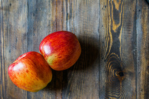 Äpfel auf Holzuntergrund