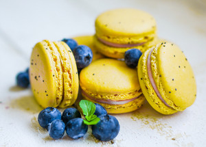 Lemon Macaroons With Blueberries