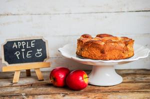 Torta de maçã no fundo de madeira