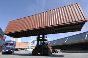 forklifts hoisdting containers in shipping industry