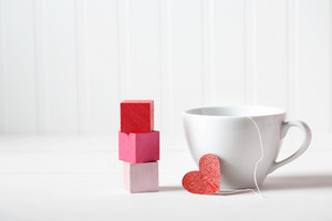 Coffee cup with small heart with wooden blocks