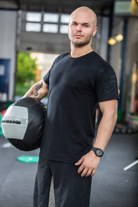 Crossfit traning man with med-ball