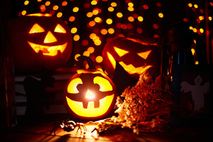 : Jack-o-lanterns and other Halloween symbols on sparkling background