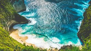 Manta Bay or Kelingking Beach with huge waves on beach on Nusa Penida Island, Bali, Indonesia