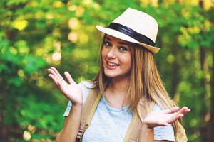 Retrato, de, um, mulher, em, a, floresta, com, um, mochila, e, chapéu