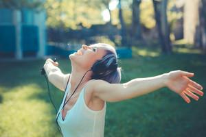 若い、美しい、短い、青、髪、hipster、女、ヘッドフォン、音楽、都市