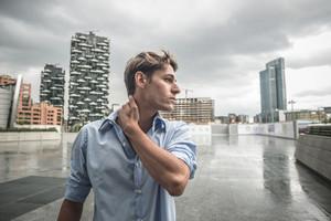 都市の若いモデルhansomeブロンドの男