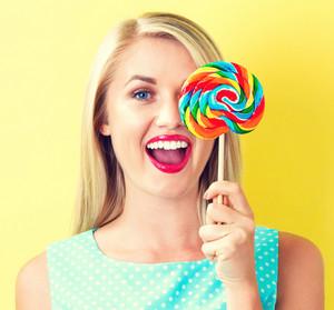 Jovem, mulher, segurando, lollipop, amarela, fundo