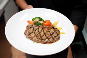 Grilled beef fillet with tomato