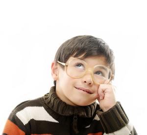 小男孩的眼鏡隔絕在白色