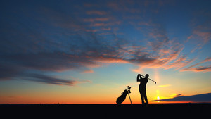 Man Golf-Spieler-Hit Ball To Air Silhouetted