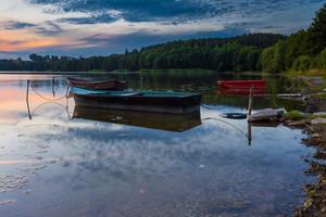 sunset Lago bonito com barcos de pescadores. Lago polonês no distrito do lago Mazury. landscape-- Lago polonês