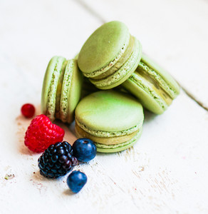 Pistachio Macaroons With Berries