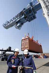 port workers and container traffic
