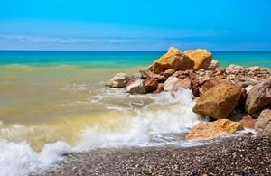 조약돌 해변에 돌