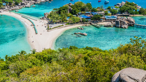Beach between Koh Nangyuan Islands on Sunny Day surraunded by Beautiful Clear Blue Water, Surat Thani, Thailand