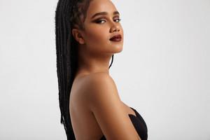 black woman with evening makeup wears makeup