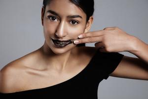 mixed rase woman smudge lip sugar black scrub