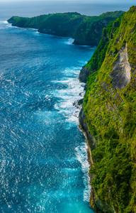 インドネシア、ヌサペニダ島のキリンキングビーチ近郊のロッキーコストライン