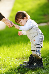 The first steps of the baby kid