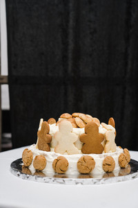 cake with gingerbread men