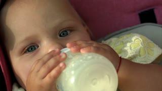 Baby sucking bottle