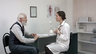 Old man telling the female doctor about the pain in the neck.