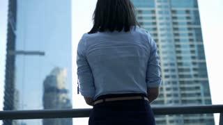 Businesswoman admire city, 4K