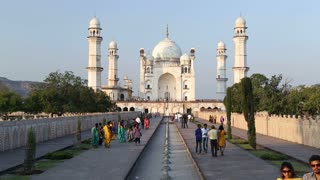 View on the fronts of Taj Mahal, with tourists walking in front.