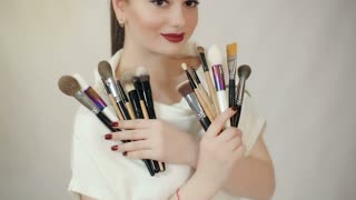 Visagiste with makeup brushes