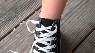 Child tying shoes 4k