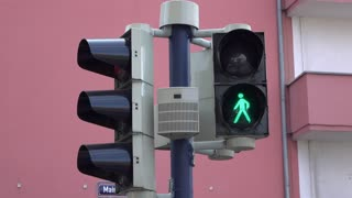 Crossing light turns from green to red 4k