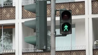 Crossing signal at intersection going from red to green 4k