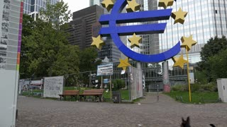 Die Euroskulptur am Willy Brandt Platz tilt shot 4k