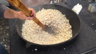 Kettle corn being made at festival 4k
