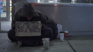 Man on cold streets of NYC asking for help 4k