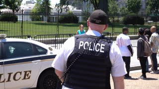 Officer outside of the White House in Washington DC 4k