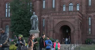 People entering and exiting Smithsonian Institution 4k