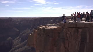 People on edge of Grand Canyon pan to Eagle Point 4k