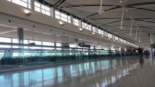 Travelers walking through Chicago airport terminal 4k