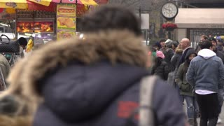 City sidewalk busy with food vendors and pedestrians in New York 4k