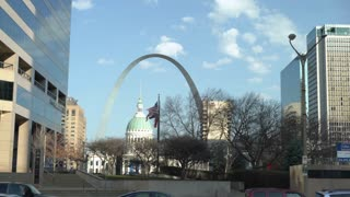 Establishing shot downtown St Louis with Court House and Arch 4k