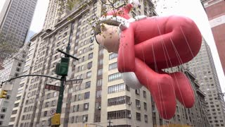 Large Elf On The Shelf Balloon Flying In Front Of Apartment Buildings In Nyc 4k