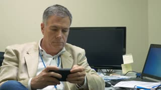 businessman using his smartphone to send a text message 4k