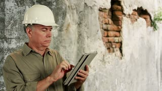 Construction worker using a tablet pc