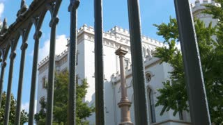 looking through an old iron fence to the original baton rouge capitol building 4k