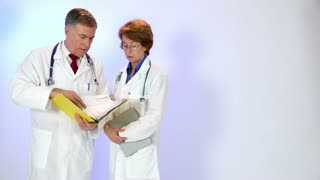 paper and tablet pc doctors compare data