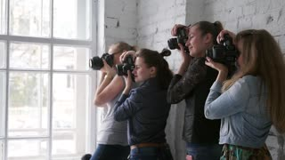 Many photographers with the camera from the camera and photograph the model in the master class. Photographs are trained. Backstage with photo shoot